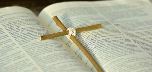 Bibel mit Holzkreuz